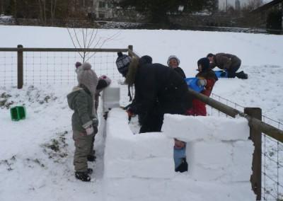 Schneemauer im Garten