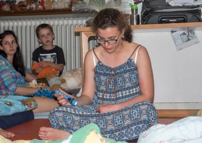Jorina liesst die Gutenachtgeschichte vor